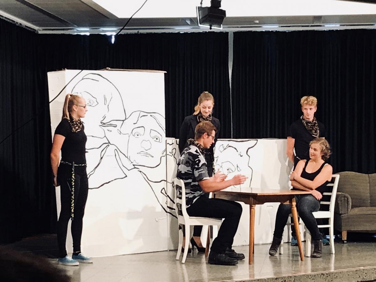 Hannah Neise als Milizionärin, Jonathan Lichte als Effingham, Urte Sakaite als Sheila Ledue, Josefine Hast als Dorothy Jessup, Dennis Kruse als Milizionar